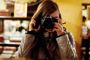 https://lt.wikipedia.org/wiki/Vaizdas:Girl_with_a_camera,_Lviv_Oblast,_2011.jpg